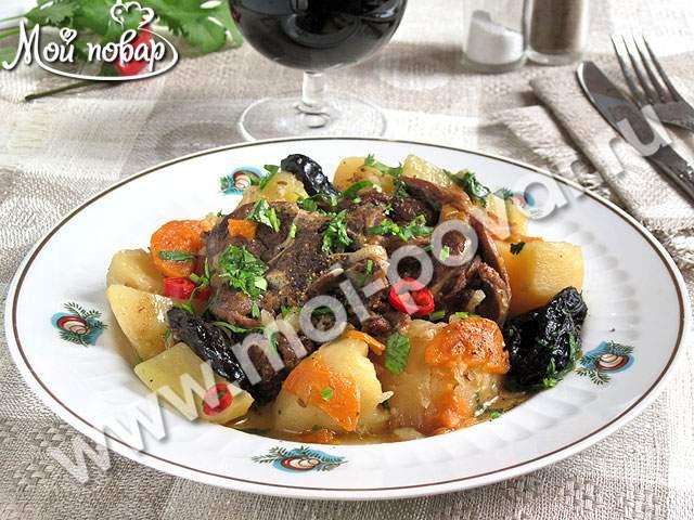 Баранина, тушенная с картофелем и черносливом