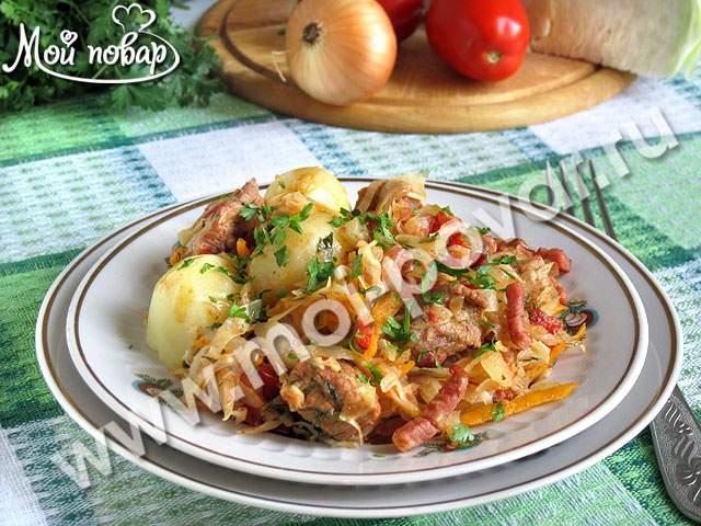 Капуста, тушенная с копченым беконом, свининой и помидорами