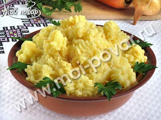 Постное картофельное пюре с жареным луком и морковью