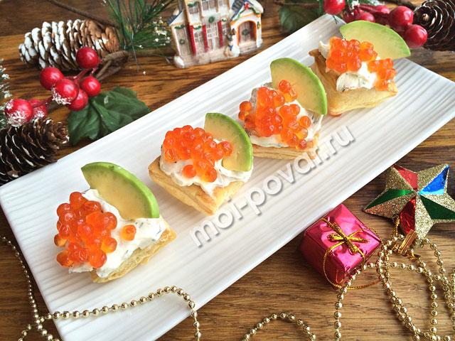 Закусочные слойки с красной икрой и авокадо