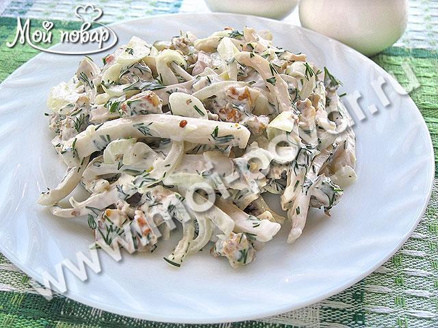 Закуска из кальмаров с маринованным луком.