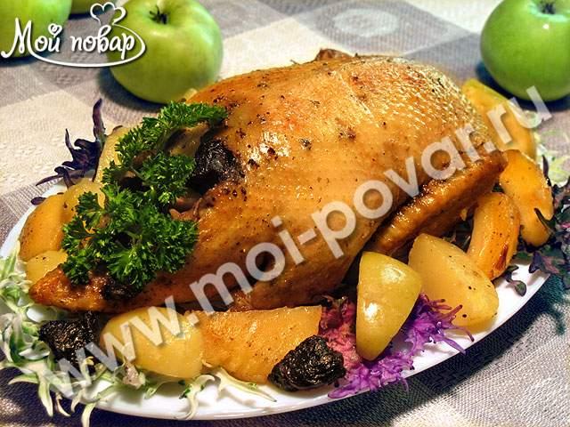 Утка, фаршированная яблоками и черносливом, запеченная с картофелем в рукаве