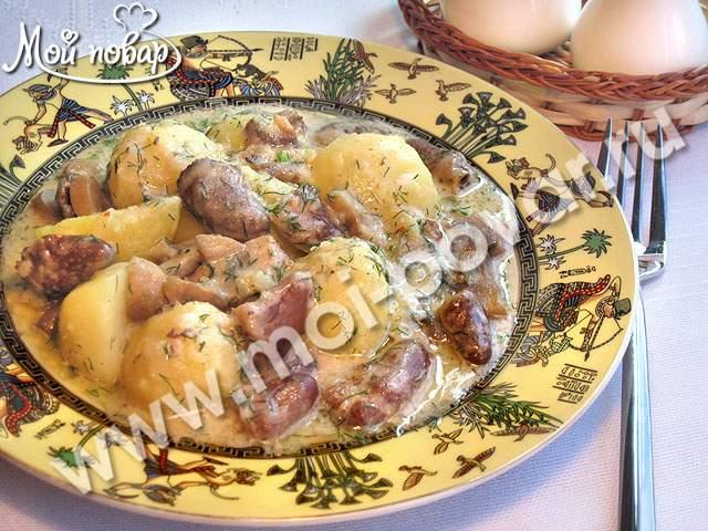 Куриные сердечки, тушеные с картофелем и грибами в сырном соусе
