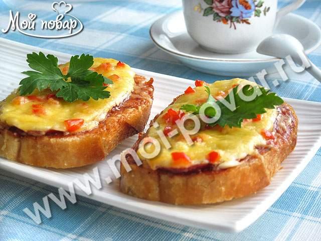 Горячие бутерброды с колбасой, сыром и перцем
