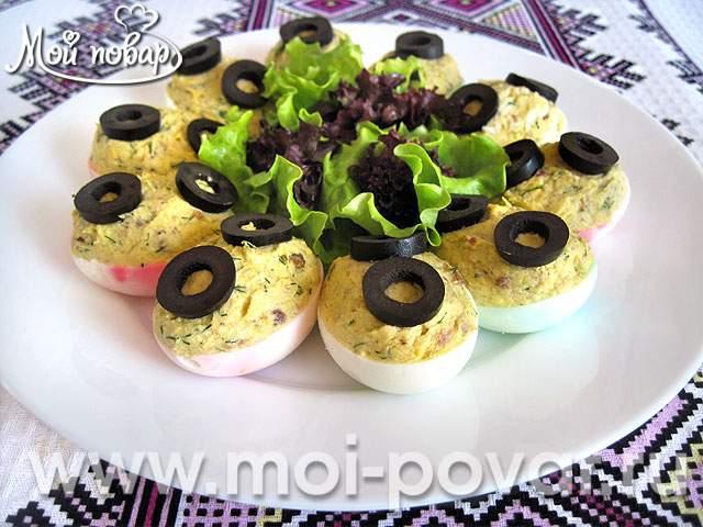 Яйца, фаршированные селедочным паштетом