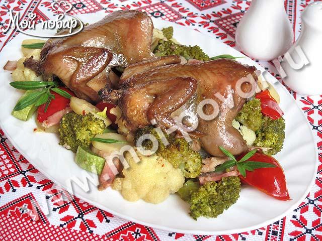 Перепела, маринованные в соевом соусе, запеченные с овощами и беконом.